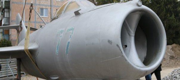 Самолет-памятник остался ночевать на площади в Виннице.