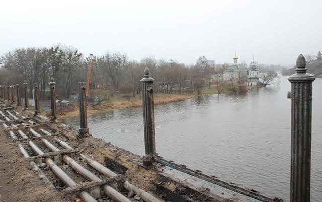 В Виннице на Киевском мосту срезали перила. Фото